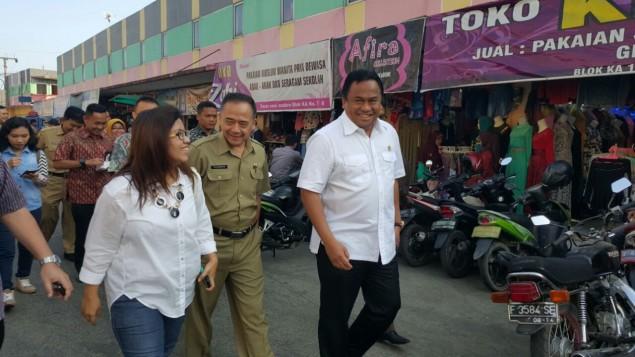 Anne mendampingi Menteri Perdagangan Rachmat Gobel saat tinjau lapangan di sentra tomat Sukabumi